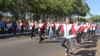Alunos e familiares participam do desfile do Dia da Independência