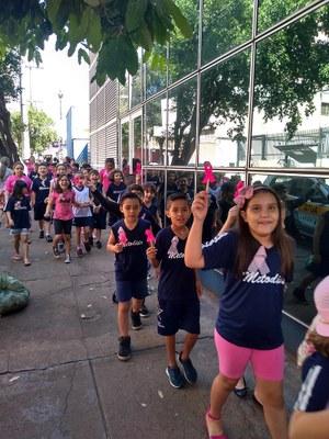 """Alunos realizam caminhada em favor do """"Outubro Rosa"""""""