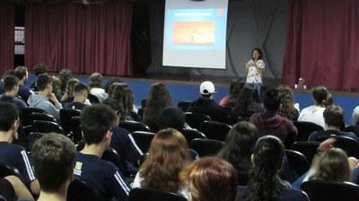 Reflexão sobre adolescência é tema de palestra com alunos do Ensino Médio