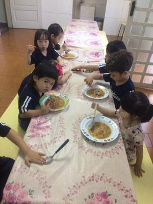 Turmas da Educação Infantil fazem receita de sopa após contação de história